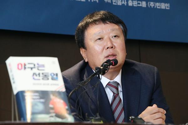 선동열 전 야구 대표팀 감독이 22일 오전 서울 중구 더플라자호텔에서 열린 '야구는 선동열' 에세이 출판 기자간담회에서 취재진의 질문에 답하고 있다.