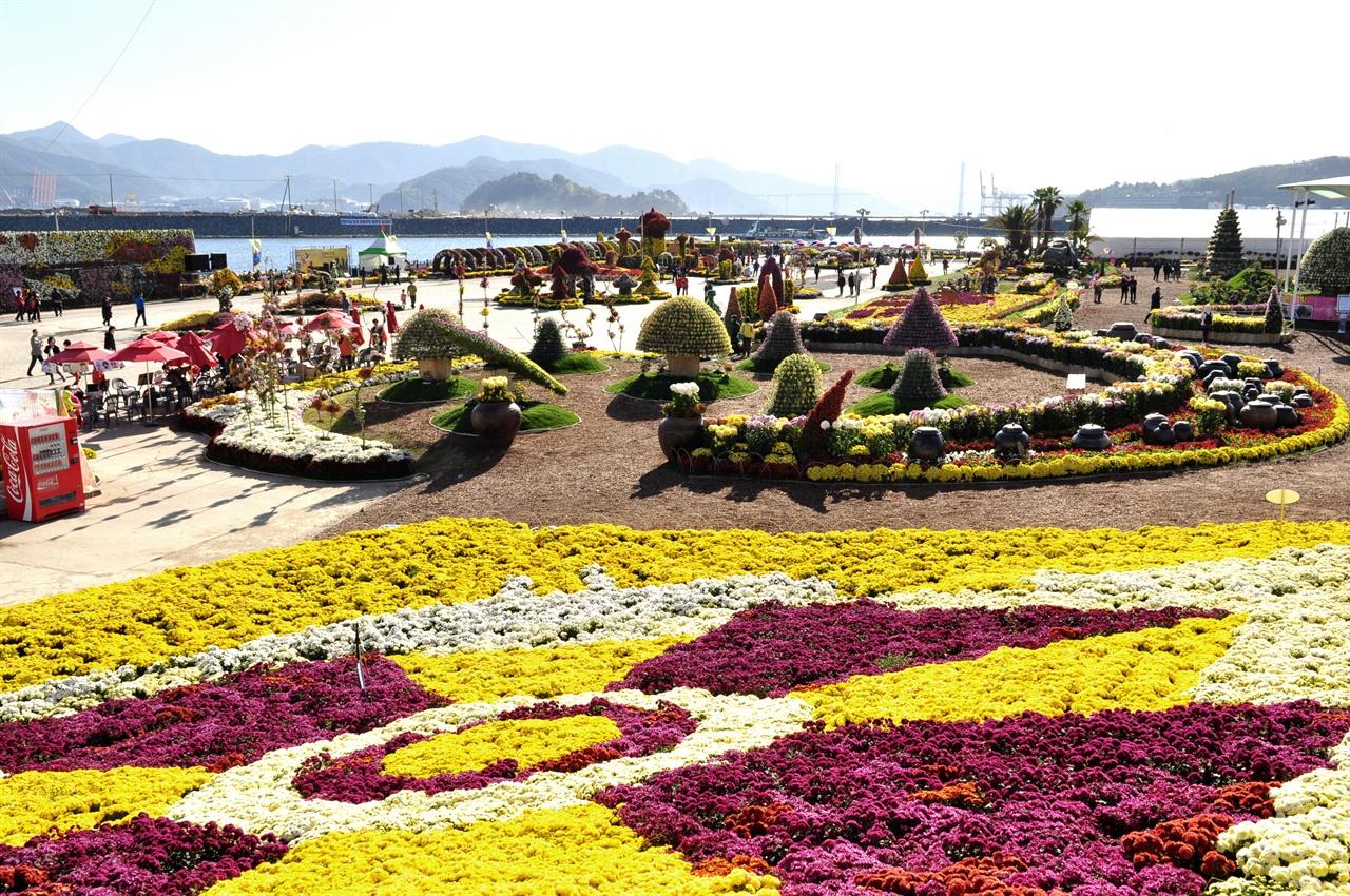 마산국화축제는 마산 앞바다를 배경으로 펼쳐지기 때문에 국화와 함께 가을바다를 느낄 수 있다.