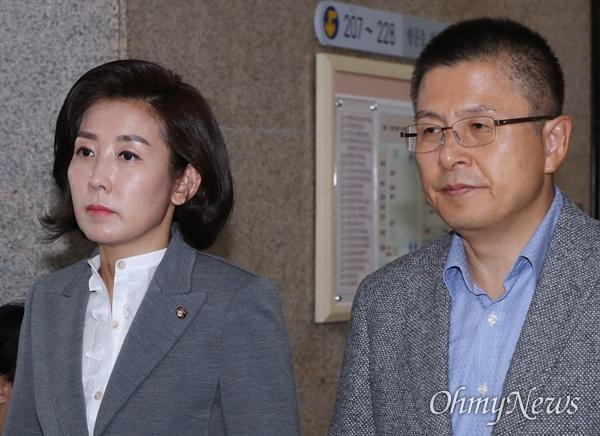 자유한국당 황교안 대표와 나경원 원내대표가 24일 오전 국회에서 열린 최고위원회의에 입장하고 있다.