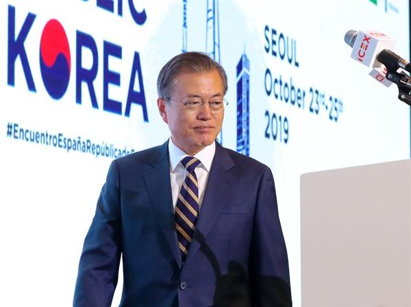문재인 대통령이 24일 서울 종로구 포시즌스 호텔에서 열린 한-스페인 비즈니스 포럼에 참석, 연단에 오르고 있다.