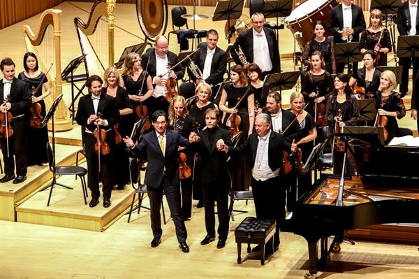 류재준의 피아노협주곡 연주 후, (왼쪽부터)작곡가 류재준, 피아니스트 일리야 라쉬코프스키, 지휘자 칼만 베르케스