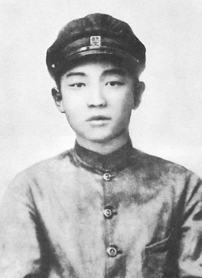 육문중학 시절의 김일성 '김성주'가 본명인 김일성은 1912년 4월 15일 평안남도 대동군 고평면(지금의 평양시 만경대)에서 태어났다. 만주 길림 육문중학에는 1926년 입학한 걸로 알려져 있다. 김일성은 만주에서 항일 무장투쟁을 이어가다가 1945년 8월 원산을 통해 귀국했다. '동아시아의 서부'로 불린 만주는 박정희와 김일성이라는 남북한 지도자를 낳은 공간이다.