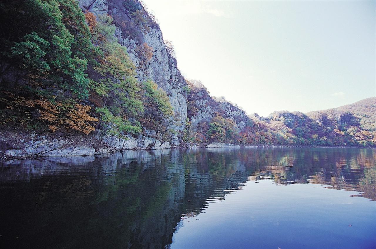 맑은 물빛에 단풍이 비친 공암풍벽.