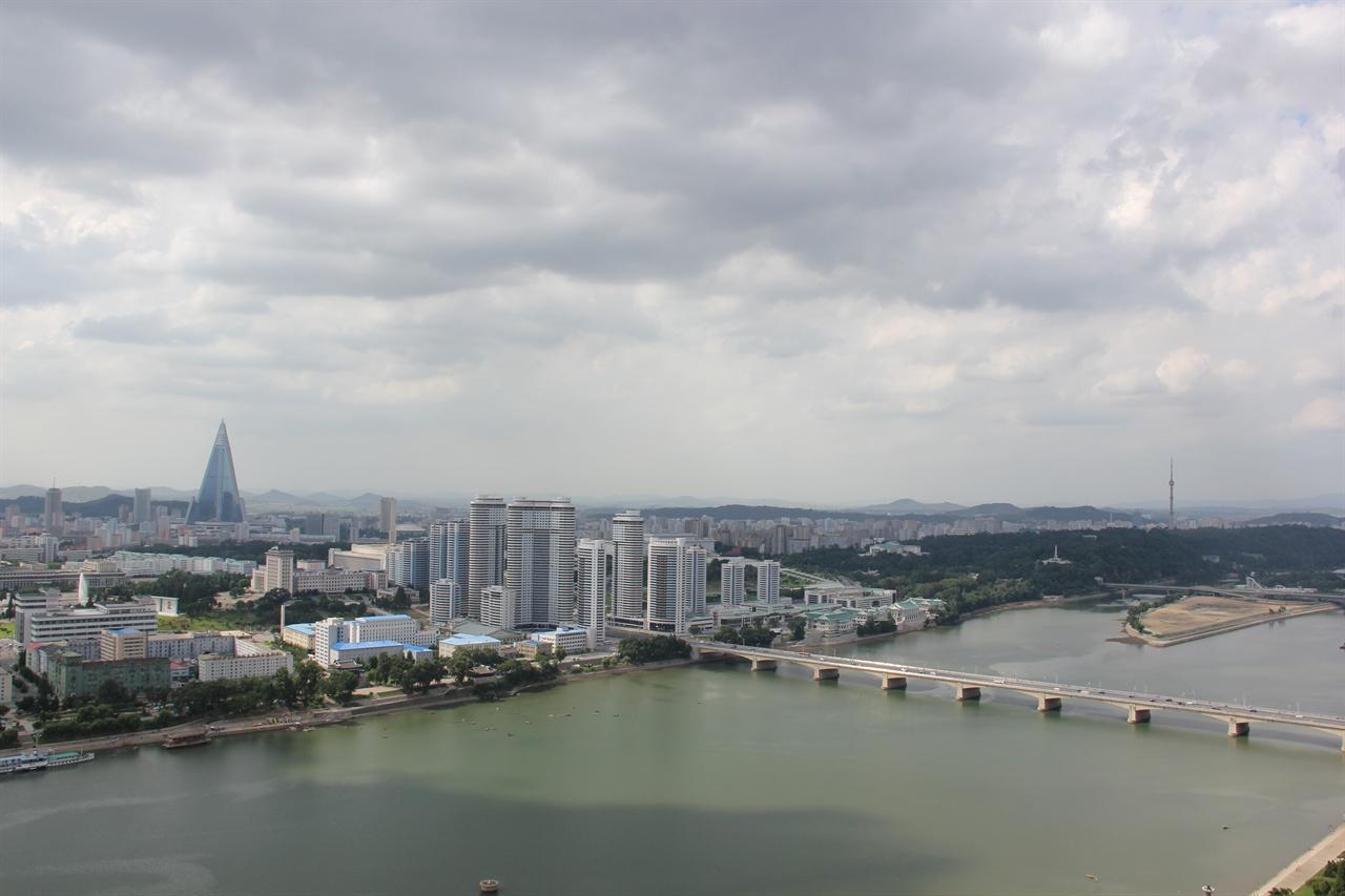 대동강과 평양 주체사상탑 전망대에서 바라본 평양 풍경. 대동강 위를 가로지르는 다리는 옥류교이고 강 위에 보이는 섬은 '능라도'다. 능라도에는 15만 명을 수용할 수 있는 세계 최대의 경기장 '5.1경기장'이 있다. 고층 아파트가 늘어선 곳은 '창전거리'이며, 멀리 삼각형 형태로 솟은 건물이 북한에서 가장 높은 '류경호텔'이다.
