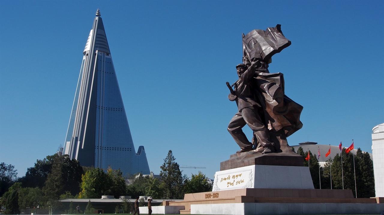 조국해방전쟁승리기념탑에서 바라본 류경호텔 '한국전쟁'(Korean War)을 남한은 흔히 '6.25 사변'이라고 하고, 북한은 '조국해방전쟁'이라고 부른다. 중국은 '항미원조전쟁'(抗美援朝戰爭)이라고 한다. 나라마다 이 전쟁을 얼마나 다른 관점으로 바라보는지 알 수 있다. 조국해방전쟁승리기념탑은 보통강변에 있고 근처에 정주영 회장을 기리며 현대그룹이 세운 류경정주영체육관이 있다. 류경호텔은 330미터 높이의 105층 건물이다. 콘크리트 구조로 경사각 75도, 건축면적은 36만 제곱미터다. 공사가 중단되었다가 2008년 이집트 국영통신사 오라스콤이 넘겨받아 공사를 재개했다.