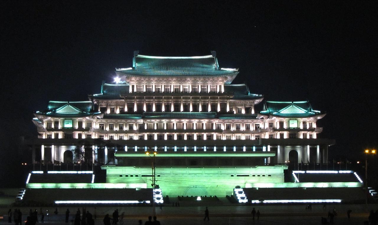 인민대학습당의 야경 야간 조명으로 불을 밝힌 인민대학습당의 모습. 인민대학습당은 북한이 자랑하는 도서관이자 대표적인 관광 코스의 하나다. 인민대학습당의 영문명은 Grand People's Study House이다.