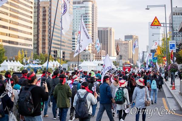 24일 오후 서울 종로구 청와대 인근에서 전교조 법외노조 통보 6년, 문재인 정부 규탄 교사 결의대회를 열고 행진을 하고 있다.