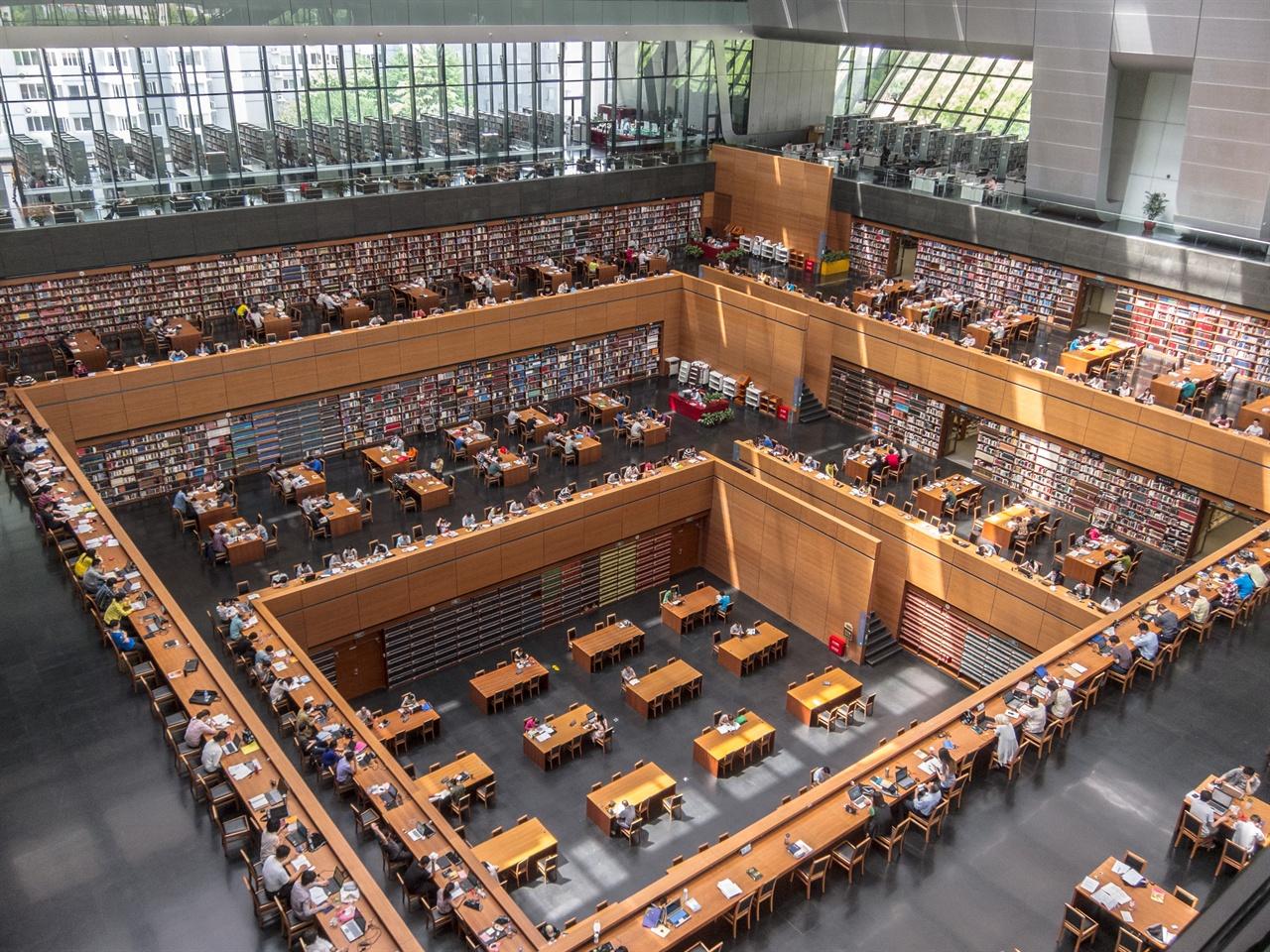 중국국가도서관 베이징에 있는 중국국가도서관(National Library of China) 신관 중앙홀 모습이다. 1909년 9월 9일 '경사도서관'이라는 이름으로 설립된 중국국가도서관은 110년의 역사를 자랑한다. 미국 최대 도서관인 의회도서관(Library of Congress)을 LC라고 부르는 것처럼 중국국가도서관도 약칭으로 NLC라고 불린다.
