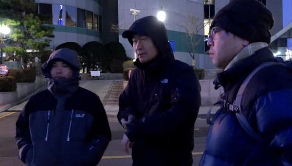 오마이뉴스 '4대강 독립군'인 김종술, 정수근, 이철재 기자가 함께 모여 있는 모습.(영화 '삽질' 갈무리)