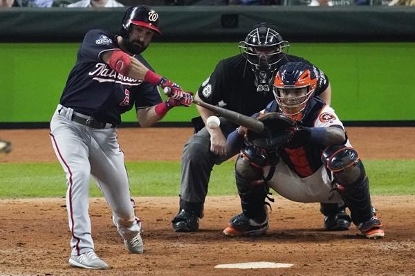 투런 홈런 치는 워싱턴 이튼 워싱턴 내셔널스 애덤 이튼이 23일(현지시간) 미국 텍사스주 휴스턴에서 열린 휴스턴 애스트로스와 월드시리즈(7전 4승제) 2차전 8회 중 투런 홈런을 치고 있다. 이날 워싱턴은 12-3으로 승리했다.
