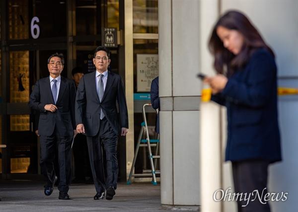 이재용 삼성전자 부회장이 25일 오전 서울 서초구 서울고등법원에서 파기횐송심 첫 공판을 마치고 돌아가고 있다.