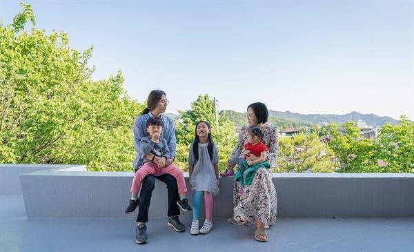 인봉집 옥상에서 고은설씨 가족.