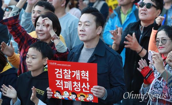 정봉주 전 의원, 검찰개혁 촛불문화제 참석 정봉주 전 의원이 12일 오후 서울 서초역 부근에서 열린 '제9차 사법적폐청산을 위한 검찰개혁 촛불문화제'에 참석하고 있다.