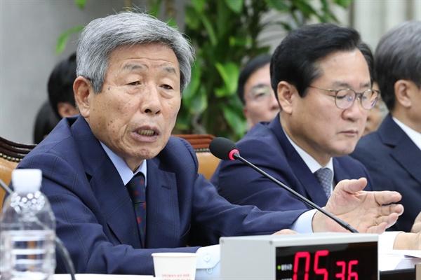 유인태 국회 사무총장이 25일 오후 국회에서 열린 운영위 국회사무처 국감에 참석, 의원 질의에 답변하고 있다.