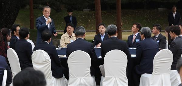 문재인 대통령이 25일 오후 청와대 녹지원에서 출입기자단 초청 간담회 중 인사말을 하고 있다.