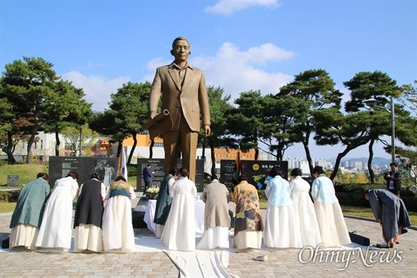 박정희 전 대통령 40주기를 맞은 26일 구미시 차인연합회 회원들이 박 전 대통령 동상에 음식과 차를 올리고 추모하고 있다.