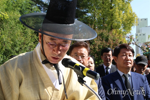 장세용 구미시장이 26일 오전 박정희 전 대통령 생가 앞에서 열린 추모제에서 추도사를 하고 있다.