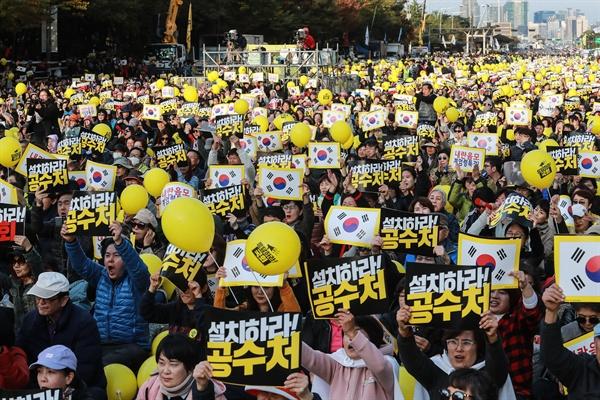 26일 오후 서울 여의도 교차로 앞에 모인 시민들이 검찰개혁과 공수처 설치 관련 패스트트랙 통과를 요구하는 구호를 외치고 있다.
