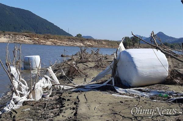낙동강 창녕함안보 수위가 4대강사업 이후 처음으로 2.2m로 낮춰진 가운데 드러난 쓰레기.