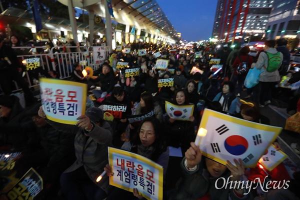 26일 저녁 어둠이 깔린 서울 여의도공원 동쪽 여의대로에서 제11차 검찰개혁 촛불문화제가 열리고 있다.