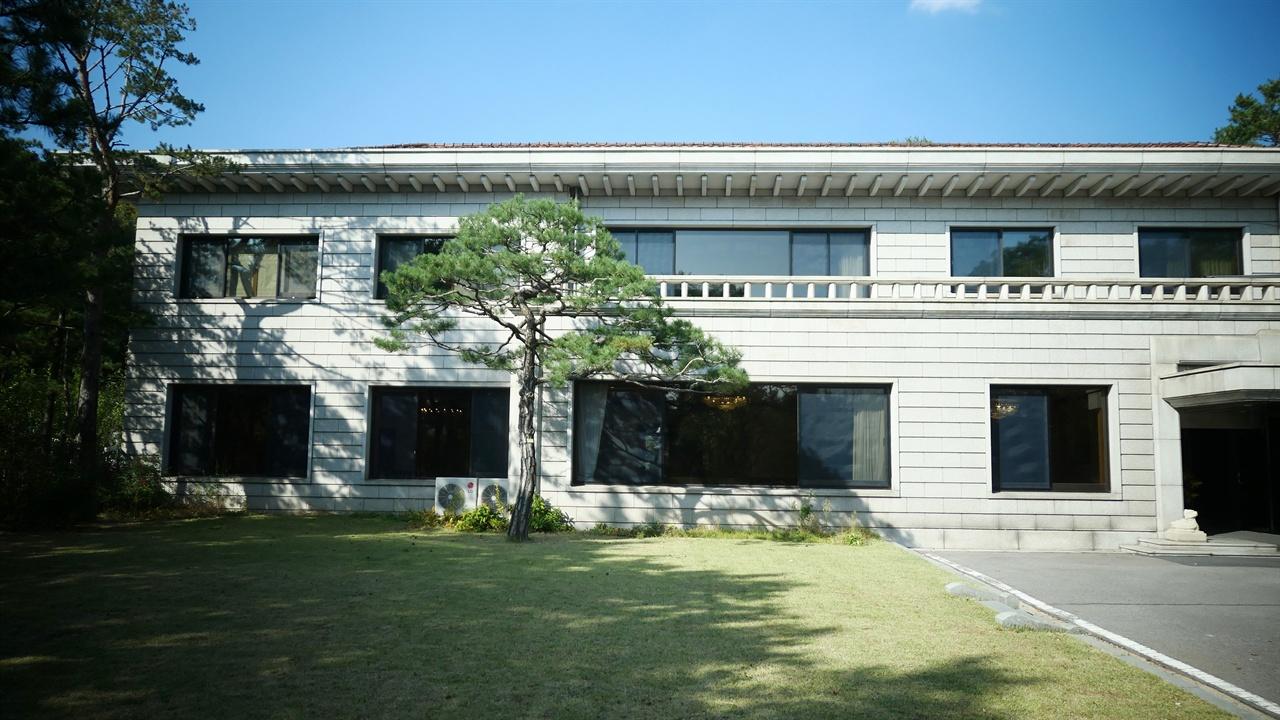 일본식 목조건물을 헐어낸 뒤 1985년에 2층 석조로 신축된 삼청동 국무총리공관