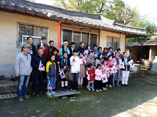 광복군가를 작사, 작곡한 이두산(이현수) 장군의 생가터를 방문한 역사진흥원 주최 역사탐방 참가자들