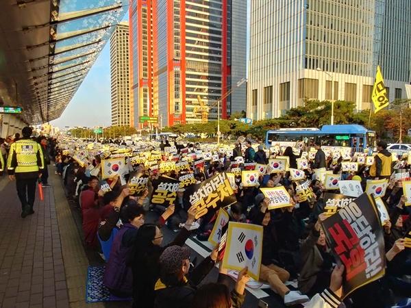 10월 26일 여의대로를 가득 메운 검찰개혁 촛불집회 참가자들.