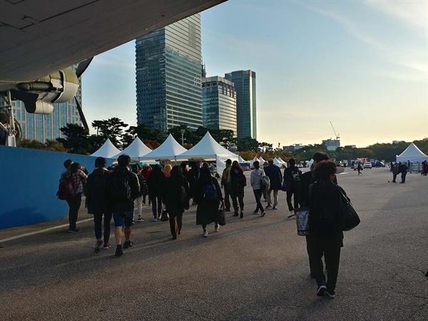 집회장으로 가는 시민들.
