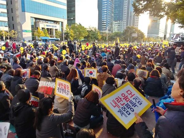 게엄령 문건의 진상규명을 요구하는 구호들.