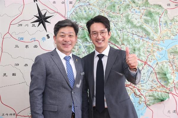 백두현 경남 고성군수가 배우 정준호씨한테 '홍보대사 위촉패'를 전달했다.