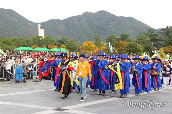 10월 27일 창원 용지문화공원에서 열린 '맘프 다문화퍼레이드'. 해군 취타대.