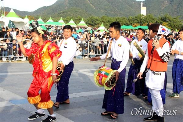 10월 27일 창원 용지문화공원에서 열린 '맘프 다문화퍼레이드'. 미얀마.