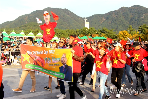 10월 27일 창원 용지문화공원에서 열린 '맘프 다문화퍼레이드'. 베트남.