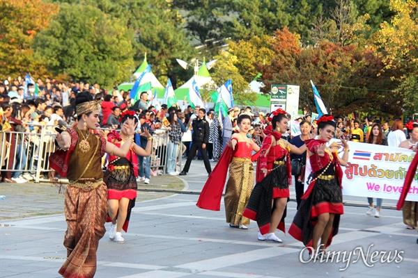 10월 27일 창원 용지문화공원에서 열린 '맘프 다문화퍼레이드'. 태국.