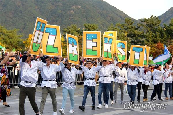 10월 27일 창원 용지문화공원에서 열린 '맘프 다문화퍼레이드'. 우즈베키스탄.