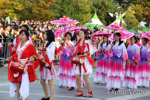 10월 27일 창원 용지문화공원에서 열린 '맘프 다문화퍼레이드'. 중국.