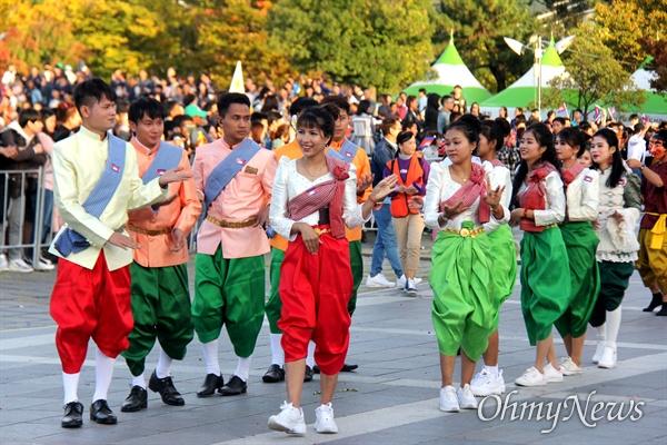 10월 27일 창원 용지문화공원에서 열린 '맘프 다문화퍼레이드'. 캄보디아.