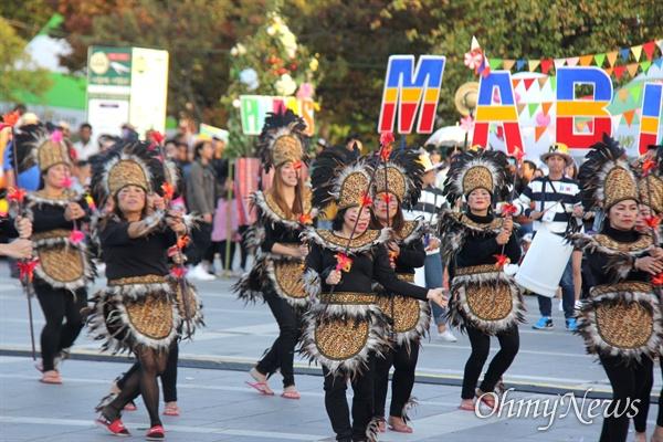 10월 27일 창원 용지문화공원에서 열린 '맘프 다문화퍼레이드'. 필리핀