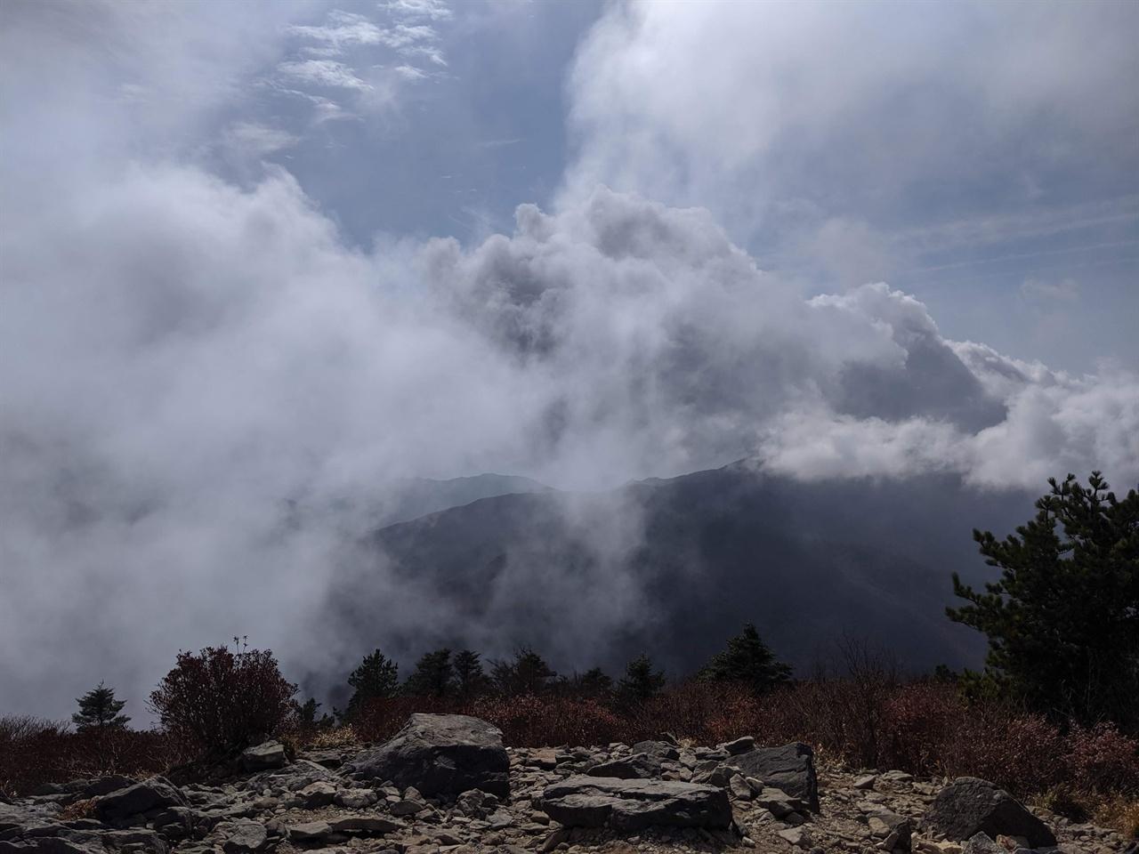 반야봉에서 바라본 지리산 산등성이 산등성이들이 구름 속에서 숨바꼭질을 하고 있다.