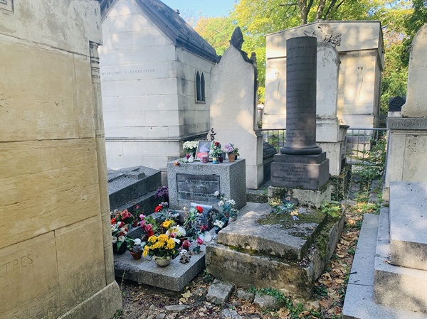 짐 모리슨의 무덤에는 그의 팬들이 놓아둔 꽃들이 가득하다