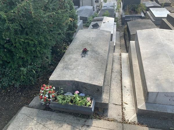 모딜리아니의 무덤은 모딜리아니의 삶을 고스란히 닮아있는 듯 보였다.