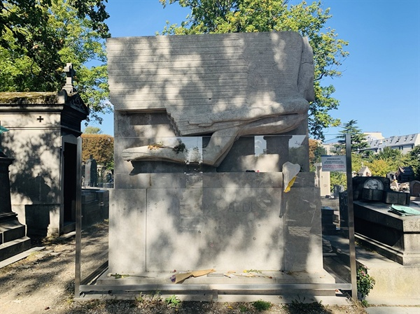 오스카 와일드의 무덤은 외관이 독특해 그 자체로 예슬 작품 같았다.