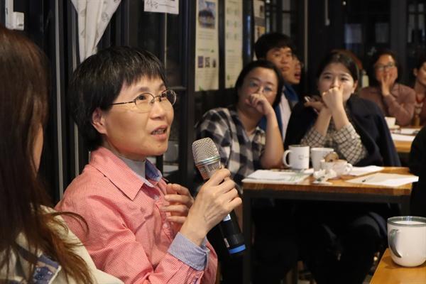 지난 24일 서울 누하동 환경운동연합 회화나무홀에서 파타고니아 한국 김광현 차장이 '어제 산 내 옷이 지구를 파괴한다고요?'란 주제로 강연했다. 사진은 한 참석자가 질문하고 있는 모습