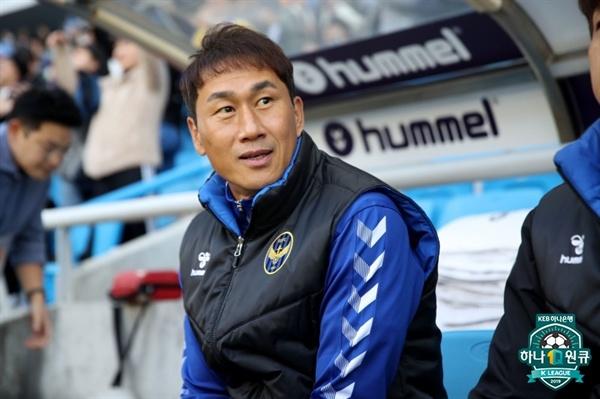 27일 오후 인천전용구장에서 열린 인천 유나이티드와 수원 삼성 블루윙즈의 K리그1 35라운드 경기에 나선 인천 유상철 감독의 모습
