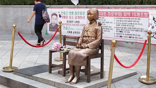 옛 일본대사관 앞의 위안부 소녀상.