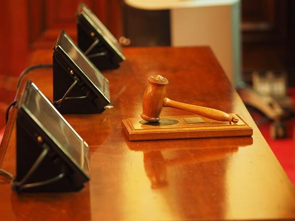"""그러나 재판부는 회장이 """"불법 회의 의결사항이므로 결재할 수 없다""""라고 결재 서류에 자필로 의사표시를 했음에도 회장 직인을 찍어서 수원시에 보냈다는 점을 들어 유죄를 인정했다."""