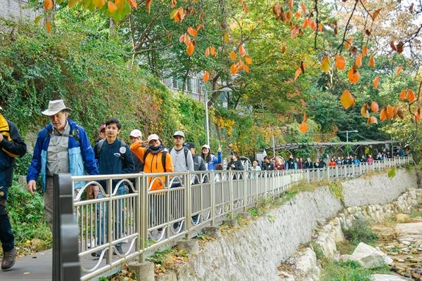 10월 26일 오전 '서울둘레길, 세계인이 걷는다' 페스티벌 참가자들이 서울둘레길 8코스(북한산)를 행진하고 있다.