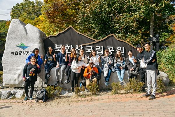 10월 26일 낮 '서울둘레길, 세계인이 걷는다' 페스티벌 참가자들이 북한산 국립공원 이정표 앞에서 휴식을 취하고 있다.