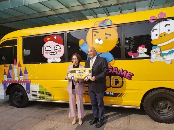 협약식 후 은수미 성남시장(왼쪽)과 남궁훈 카카오게임즈 대표(오른쪽)가 '4D VR게임버스' 앞에서 기념촬영을 하고 있다.