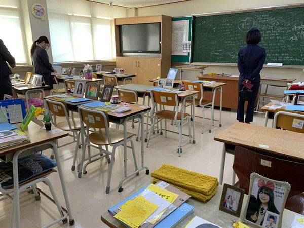 4.16기억저장소를 방문한 학생들과 선생님. .
